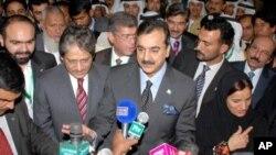 巴基斯坦總理吉拉尼(圖中)星期三向記者發表講話。