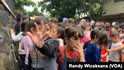 Pengungsi anak di Refugee Learning Center di Cisarua, Bogor, Jawa Barat, berbaris jelang kelas yang diselenggarakan mandiri. (VOA/Rendy Wicaksana)