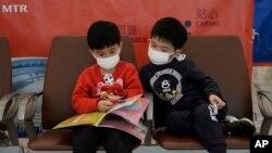 Hành khách mang mặt nạ để ngừa lây nhiễm coronavirus tại một nhà ga xe điện cao tốc ở Hong Kong, ngày 22/1/2020.