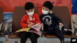 Pasajeros usan máscaras para prevenir un brote de un nuevo coroavirus en una estación de trenes en Hong Kong el 22 de enero, de 2020.
