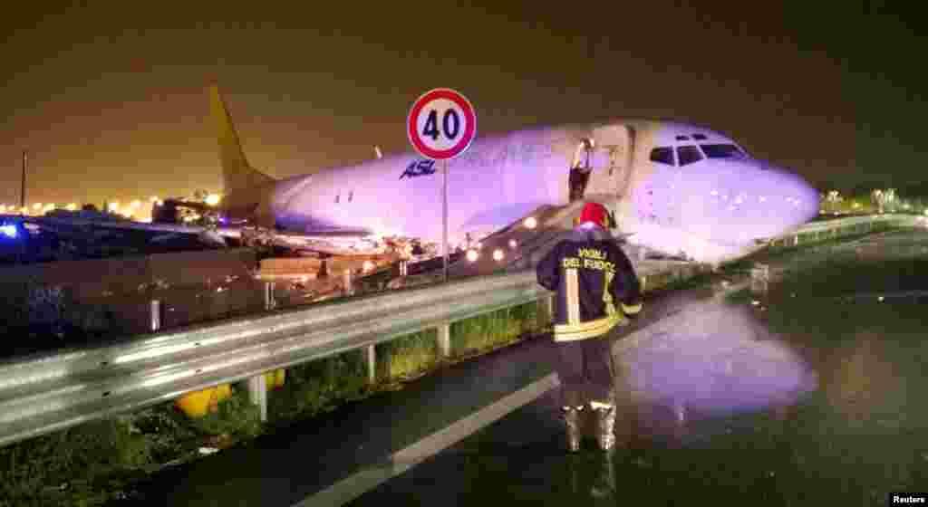 این هواپیمای باری هم بجای باند فرودگاه در یک بزرگراه در شهر میلان ایتالیا فرود آمده است.