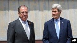 Ngoại trưởng Nga Sergey Lavrov (trái) và Ngoại trưởng Mỹ John Kerry. Ông Kerry cho hay Mỹ đang cứu xét việc thảo luận trực tiếp với Nga về vấn đề Syria.