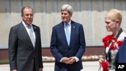 Ruski ministar vanjskih poslova Sergej Lavrov i američki državni tajnik John Kerry pored spomenika 2. Svjetskog rata u Sočiju, 12. maja 2015.