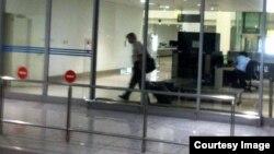 Tiến sỹ Nguyễn Quang A rời phi trường Nội Bài sau 15 tiếng bị câu lưu.