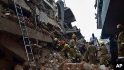 인도 구조대가 카나코나의 건물 붕괴 현장에서 생존자 구출 작업을 벌이고 있다.