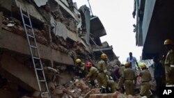 Спасатели продолжают искать людей. Канакона, Индия. 4 января 2014 г.