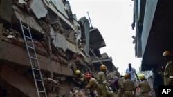 Nhân viên cứu hộ tại tòa nhà bị sập ở Canacona, nằm cách thủ phủ Panaji khoảng 70 kilômét, ngày 4/1/2013.