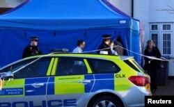 Policajci ulaze u forenzičarski šator podignut ispred doma Nikole Gluškova u Nju Maldenu, u pregrađu Londona, 16. marta 2018.