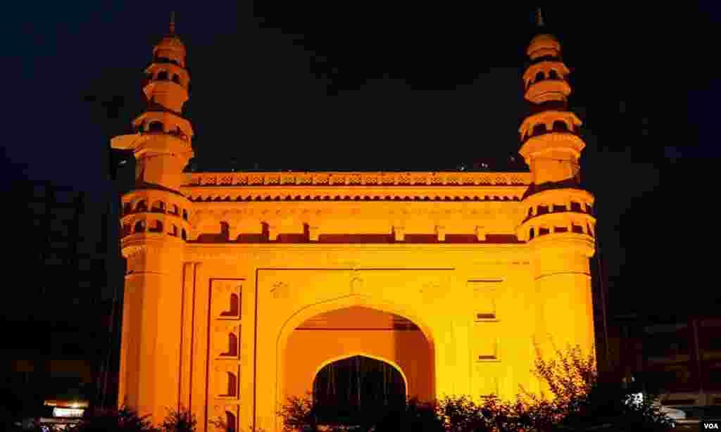رات کے اندھیرے میں روشنیوں کا لباس پہنے چار مینار چورنگی بہادر آباد کا ایک اور منظر
