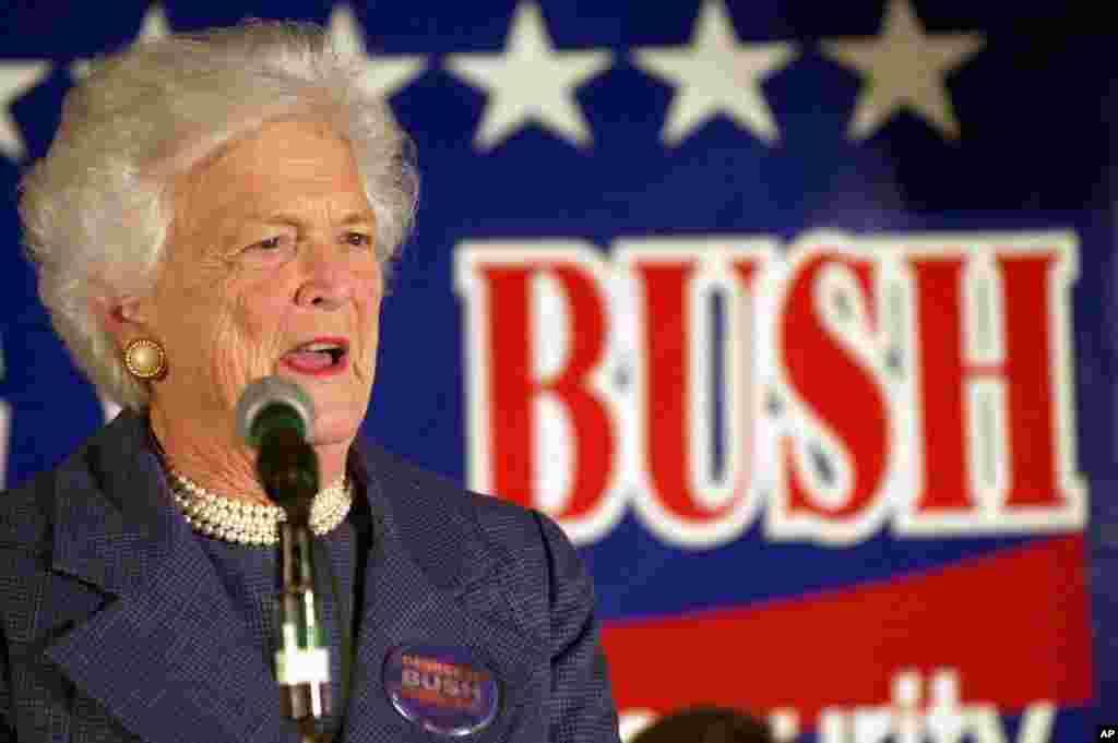 Экс-первая леди Барбара Буш произносит речь во время избирательной кампании своего сына Джорджа, 2000 (AP Photo/Mike Roemer)