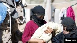 也門一名婦女與她的新生兒被搬離居處。