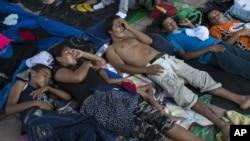 在墨西哥皮希希亚潘休息的洪都拉斯移民。(2018年10月25日)