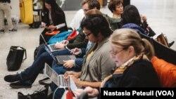 Des avocats bénévoles sur le qui-vive à l'aéroport international Dulles de Washington D.C., le 31 janvier 2017. (VOA/Nastasia Peteuil)