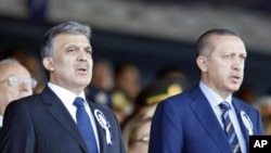 Turkey's President Abdullah Gul (L) and Turkey's Prime Minister Recep Tayyip Erdogan attend a graduation ceremony at the Air Force war academy in Istanbul, August 30, 2011 (file photo)