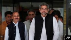 巴基斯坦總理候選人阿巴希(右)和助手等人7月31日在伊斯蘭堡跟國民議會政界人士見面後離開