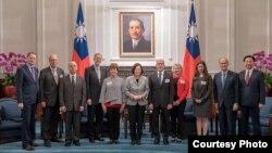 台湾总统蔡英文2018年11月30日在总统府会见美国外交政策全国委员会访问团(台湾总统府照片)