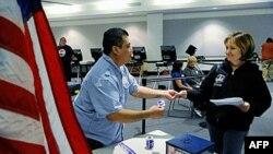 Cử tri đi bầu tại Thư viện Sahara West ở Las Vegas, Nevada, 2/11/2010