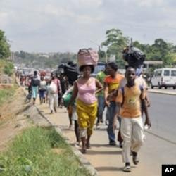 Des résidents du quartier Abobo à Abidjan fuyant les combats