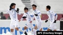 Cầu thủ Uzbekistan ăn mừng chiến thắng.