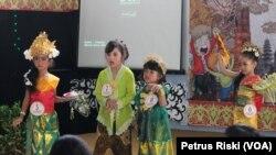 Peragaan busana adat daerah oleh anak sejak usia dini mengajarkan mencintai budaya dan keberagaman di Indonesia.