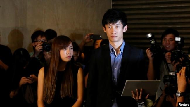 资料照:直选产生的本土派议员游蕙祯和梁颂恒被香港高等法院判定失去立法会议员资格后会见记者。(2016年11月15日)