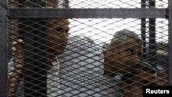 2014年6月23日格里斯特,法赫米以及艾哈迈德在埃及开罗一家法庭聆听判决