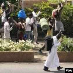 Penduduk di ibukota Abidjan mengungsi untuk menghindari kekerasan yang dilakukan pasukan pendukung Ouattara dan Gbagbo.