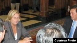 지난 21일 워싱턴을 방문한 탈북자들과 면담한 일리아나 로스-레티넨 미 하원 외교위원장(왼쪽). 로스-레티넨 의원실 제공.