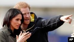 Le Prince Harry et sa fiancée, Meghan Markle, à l'Université de Bath à Bath, en Angleterre, le 6 avril 2018.