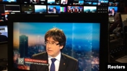 Presiden Catatan terguling, Carles Puigdemont, tampak dalam layar monitor saat wawancara Televisi di layar TV sebuah bar di Brussels, Belgia, 3 November 2017.