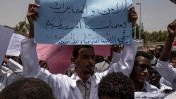 Omar el-Béchir en prison, les manifestants toujours mobilisés