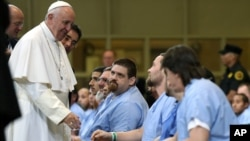 Le pape François avec des détenus de la prison de Curran-Fromhold, le 27 septembre 2015. (David Maialetti/The Philadelphia Inquirer, Pool)