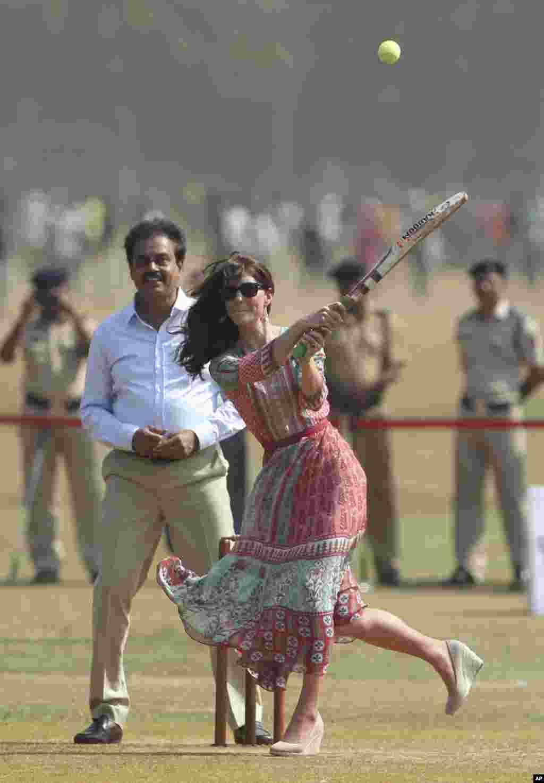 اپنے دورے کے دوران برطانویشاہی جوڑے نے ممبئی کے ایک گراؤنڈ میں کرکٹ بھی کھیلی۔