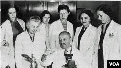 Ο Γιώργος Παπανικολάου περιστοιχισμένος από τους συνεργάτες του.