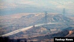 북한이 개성공단 출경을 불허하는 등 남북 긴장 상태가 지속되는 가운데, 4일 오후 경기도 파주시 도라산전망대에서 바라본 개성공단 통행도로가 텅 비어 있다.