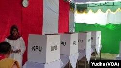Ibunda Presiden Jokowi, Sujiatmi, saat melakukan pemungutan suara di TPS 38 Manahan Solo, Rabu siang, 17 April 2019. (Foto: VOA/Yudha)