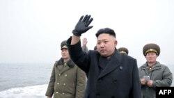 Umukuru wa Korea ya ruguru Kim Jong Un , ariiko araramutsa abasirikare