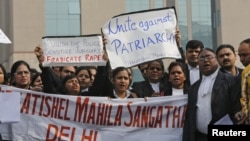 Para pengacara menggelar aksi protes di luar gedung pengadilan di New Delhi (3/1), mendesak agar penegak hukum India segera menindak para pemerkosa.