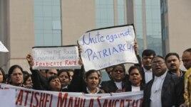 Advokati uzvikuju slogane zahtevajući brže reagovanje vlasti na silovanje, Nju Delhi, 3. januar, 2013.