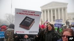 Manifestación ante la Corte Suprema en Washington, mientras se considera las objeciones religiosas a los anticonceptivos.