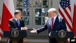 Le président Donald Trump et le président polonais Andrzej Duda se serrent la main lors d'une conférence de presse à la Maison Blanche à Washington le 12 juin 2019.