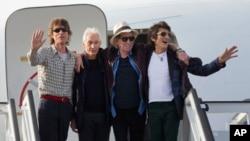 영국의 전설적인 록밴드 그룹 롤링스톤스 멤버들이 24일 쿠바 아바나 국제공항에 도착했다.