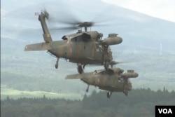日本8月19日舉行國內實彈射擊演習,參加軍演的阿帕奇武裝直升機。(視頻截圖)