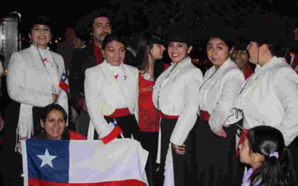 """Bien identificadas como chilenas, estas mujeres estuvieron de principio a fin coreando frases como: """"Que viva Chile"""". Las emociones estuvieron en todo momento a flor de piel."""