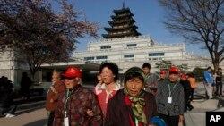지난 4월 서울 경복궁을 찾은 중국인 관광객들. (자료사진)