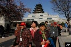 中国游客在韩国的首尔(2013年4月18日)