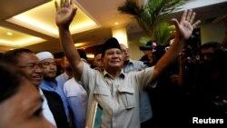 Kandidat presiden Indonesia, Prabowo Subianto, melambai ke media setelah menyampaikan deklarasi kemenangan pemilu di Jakarta, Indonesia, 18 April 2019.