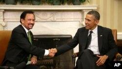 Хассанал Болкиах и Барак Обама во время встречи в Овальном кабинете Белого дома. Вашингтон, округ Колумбия. 12 марта 2013 года