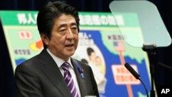 아베 신조 일본 총리가 1일 총리관저에서 열린 기자회견에서 집단자위권 에 관해 설명하고 있다.