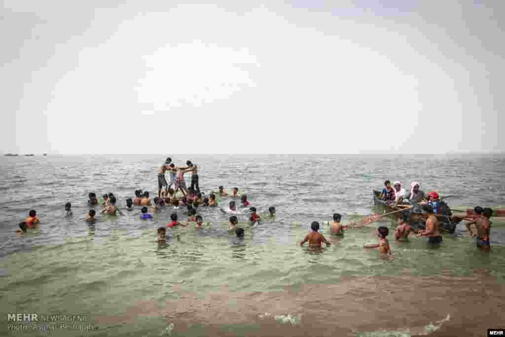 برگزاری آیین نوروز ماهیگیری در قشم. این مراسم در میانه تابستان برگزار می شود و ماهیگیران در این روز از ماهیگیری پرهیز می کنند.